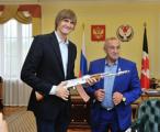 Глава Удмуртии подарил баскетболисту Андрею Кириленко макет АК-47