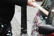 Житель Ижевска разбил стекло подрезавшей его машины битой