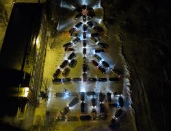 В Глазове автомобилисты построили гигантскую новогоднюю ёлку из машин