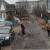 Жители частного сектора в Ижевске растаскивают щебень с дороги на свои участки