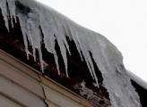 В Глазове женщину чуть не убило упавшим с крыши льдом