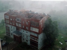 В Воткинске ураганный ветер сорвал крышу с пятиэтажного дома