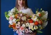 Актуальность цветов с доставкой в Глазове – приятный презент с открыткой