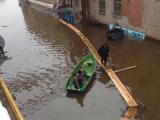 По территории завода «Ижсталь» рабочие передвигаются на лодках