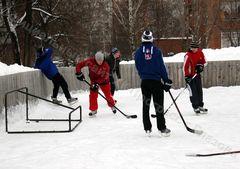 Глазовские хоккеисты вынуждены тренироваться на открытой хоккейной коробке