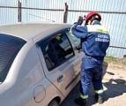 В Удмуртии спасатели вскрыли автомобиль, чтобы достать ребёнка